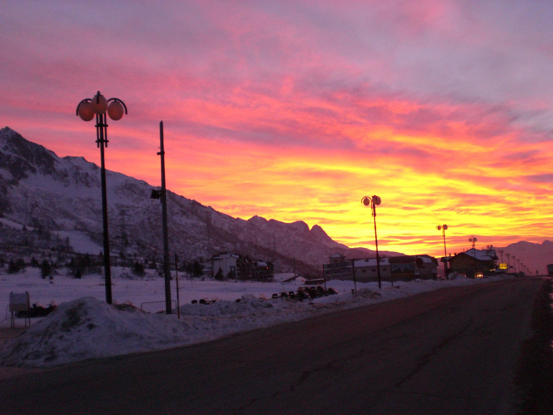 foto al tramonto in un bello tramonto a TONALE (TONALE   _  ITALIA)