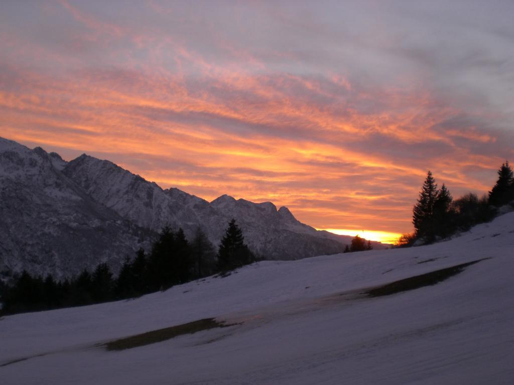 tramonto >> guarda subito questa foto di tramonto spettacolare scattata in alta quota tra le nevi e le vette sul passo del tonale in trentino alto adige