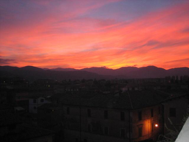 foto al tramonto in Rieti, dopo un giorno tempestoso, un raggio di sole al tramonto, fa sperare in un domani