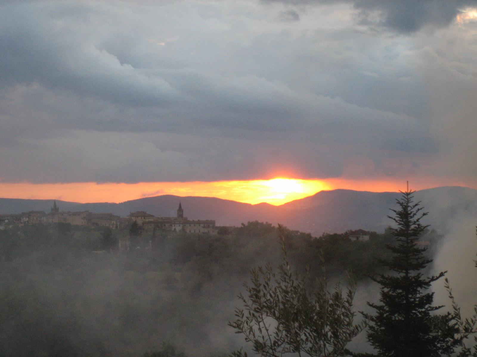 foto al tramonto in Terni – Collescipoli,Nuvole incombenti, nebbia e l'atmosfera diventa spettrale!