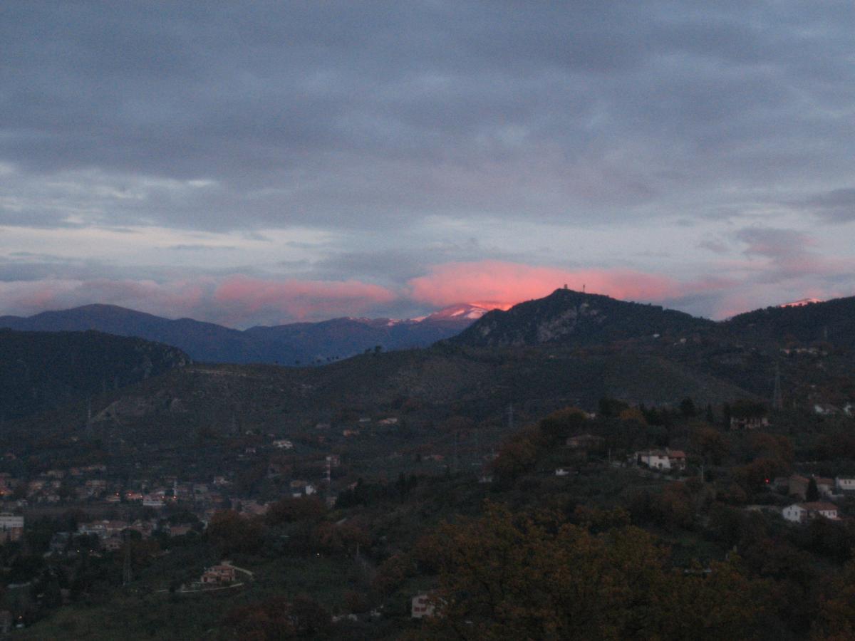 foto al tramonto in Terni, Per un curioso gioco di luci, le nuvole ad est rispecchiano il sole che tramonta