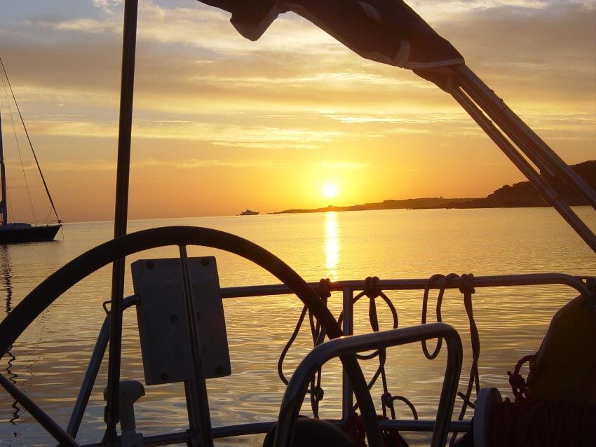 Tramonto in barca sul mare dai caldi colori dal golfo di Cugnana vicino Olbia