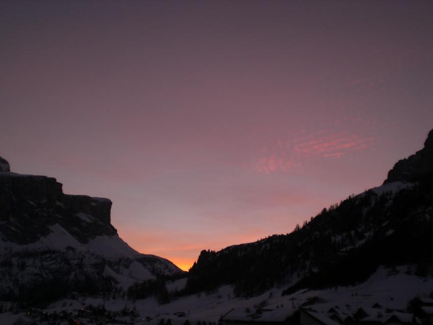 foto al tramonto in un bel tramonto dalle Dolomiti tra Sella e Puez visto da Colfosco