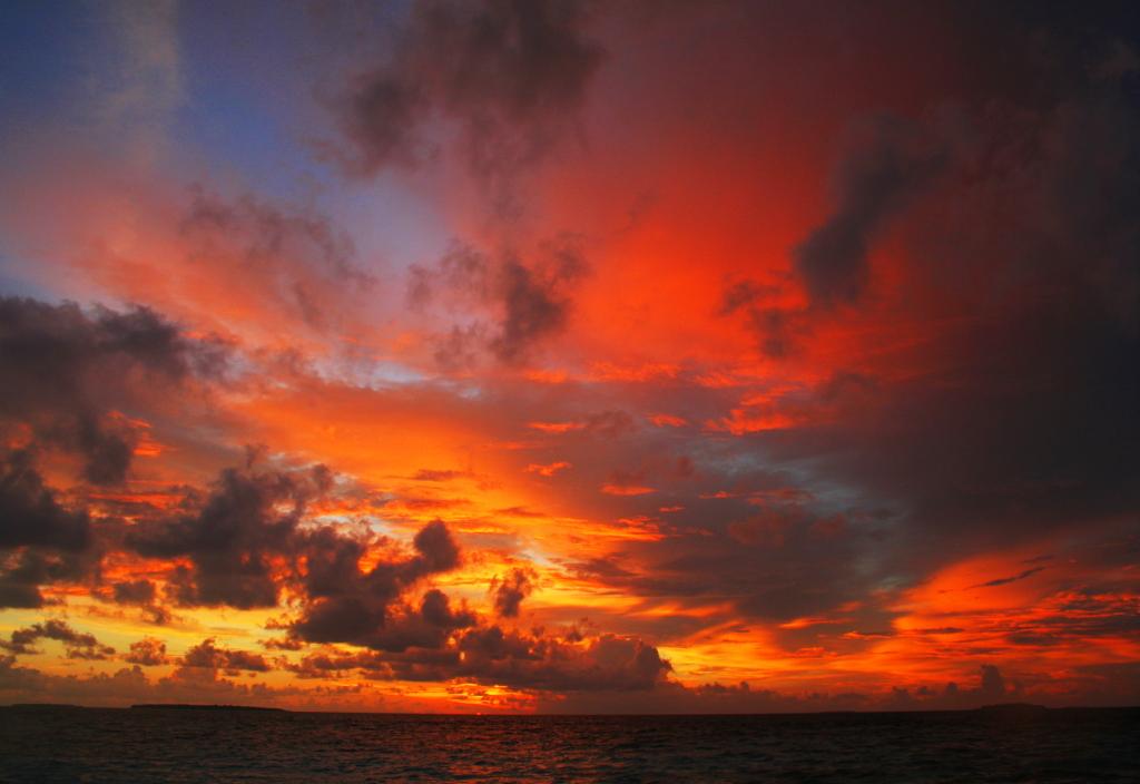 una foto di tramonto dale spiagge delleMaldive  ilmiotramonto.com