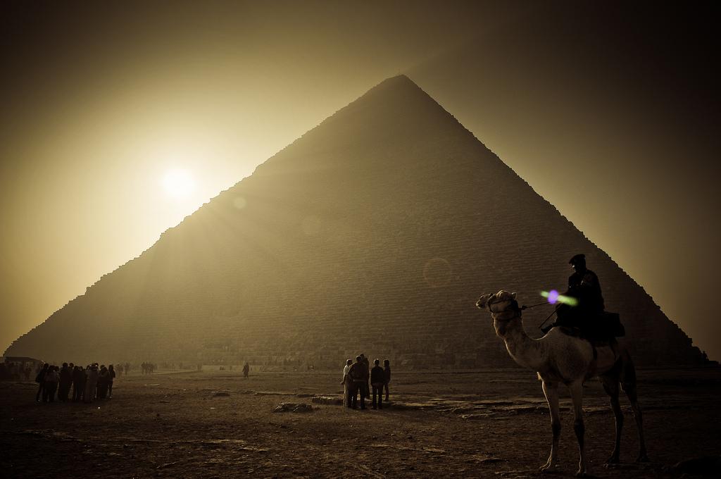 una foto di tramonto dalle Piramidi d'Egitto  ilmiotramonto.com