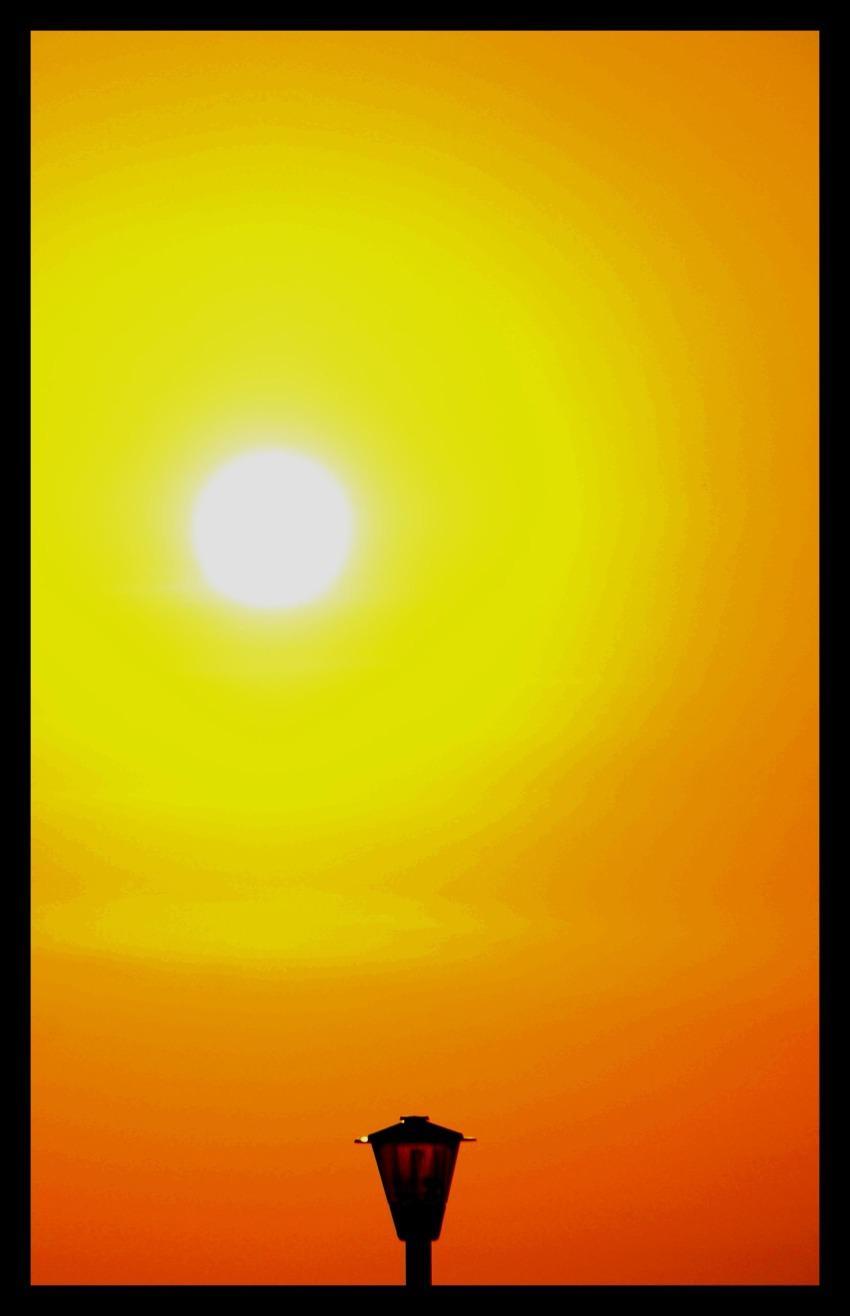 foto al tramonto in palla di fuoco da Tropea