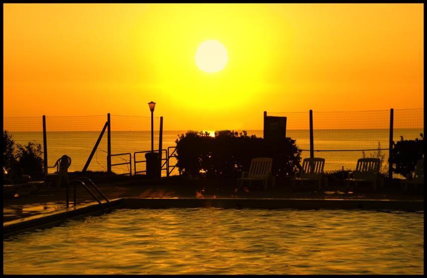 foto al tramonto in la piscina al tramonto da Tropea