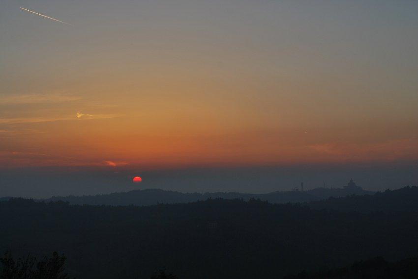 foto al tramonto in San Luca in lontananza (Bologna)