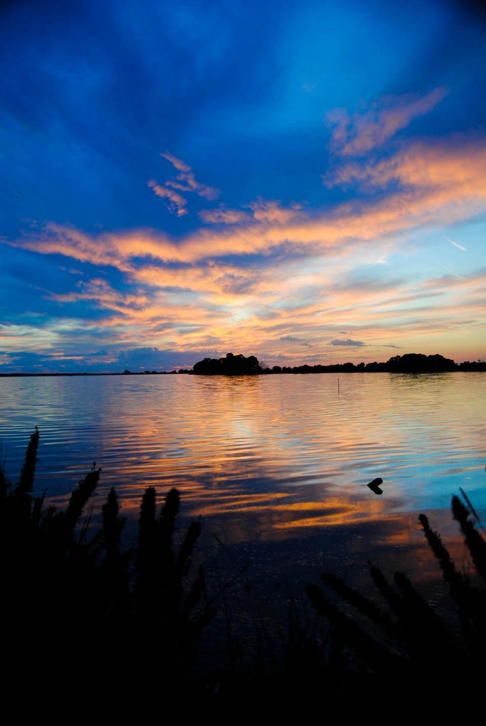 foto al tramonto in Riflessi e sfumature sul lago di Fogliano al tramonto