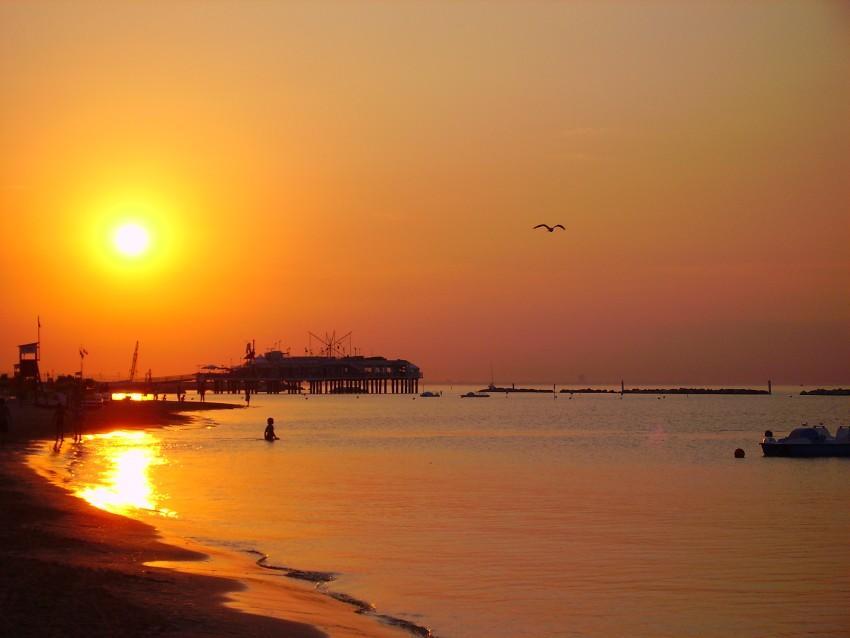 foto al tramonto in Il sole ci saluta oltre la spiaggia di Gabicce Mare