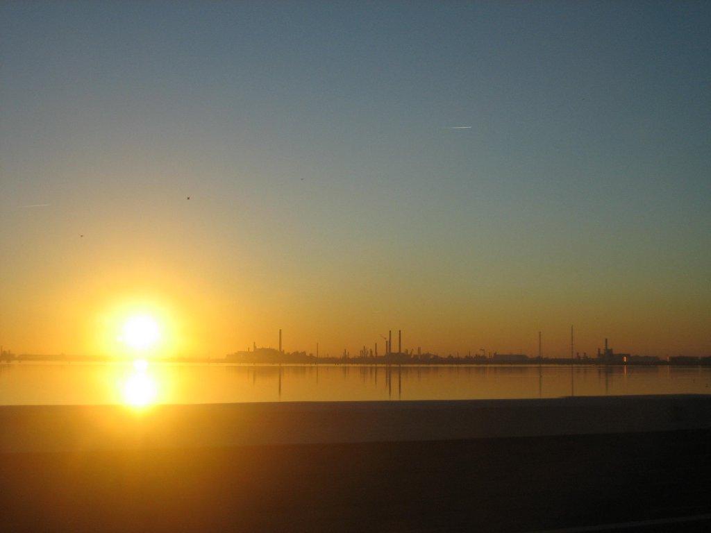 Il sole si specchia,nella laguna prima di tramontare, Mestre (VE)