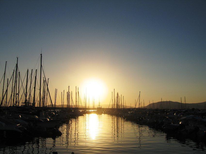 La foto è stata scattata nel porto di Alghero, mentre il sole stava scomparendo nel mare