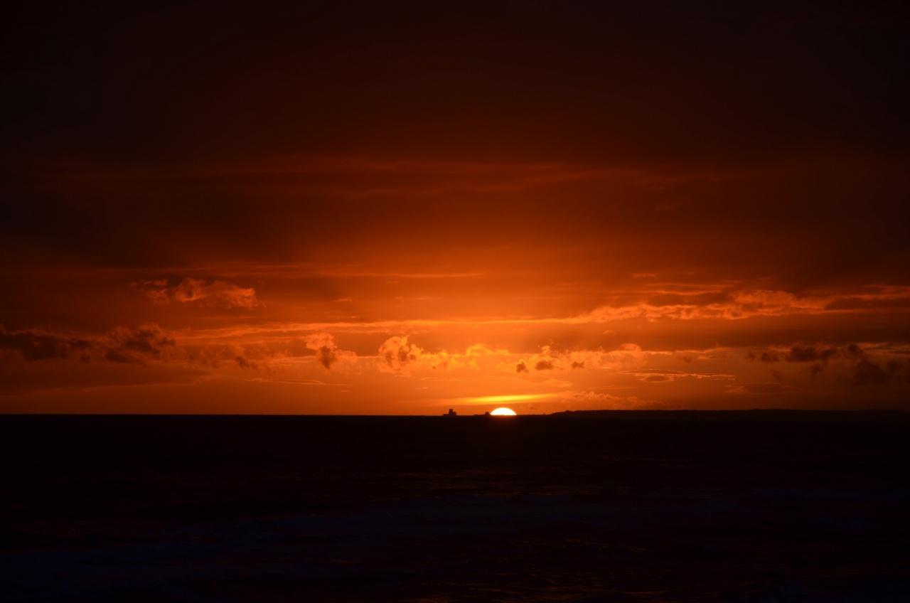 foto al tramonto in Ultimi raggi di un tramonto disegnato sul mare a Latina