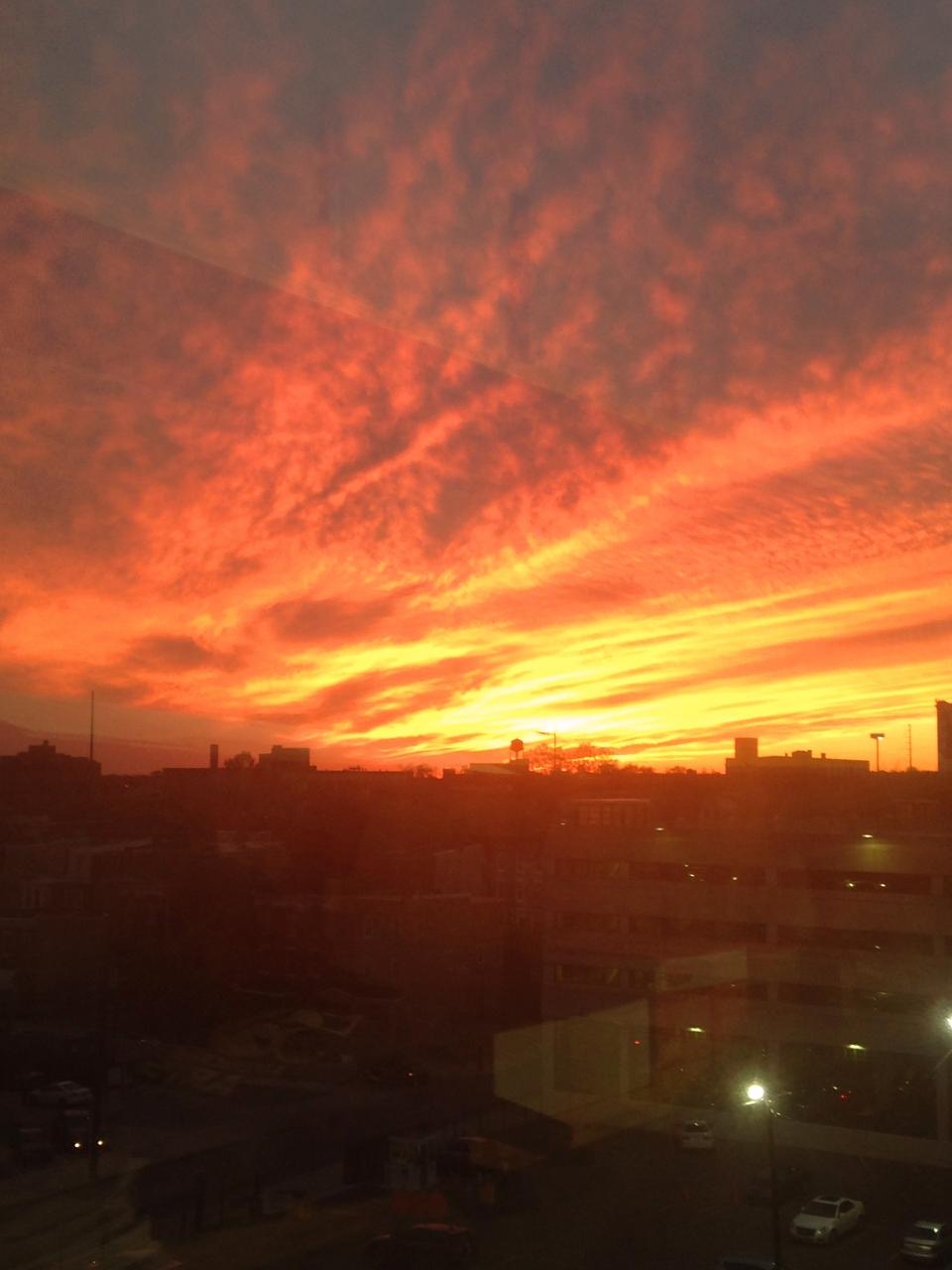 foto al tramonto in Un tramonto infuocato sopra il cielo di Filadefia USA
