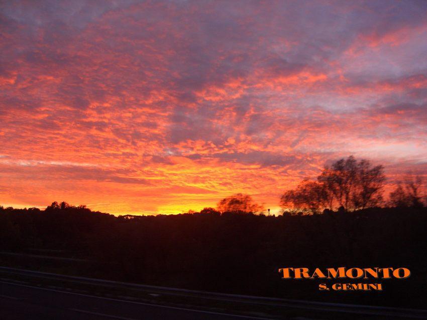 foto al tramonto in TRAMONTO CHE SEMBRA QUASI INFIAMMARE I BOSCHI SULLE COLLINE a San Gemini in Umbria