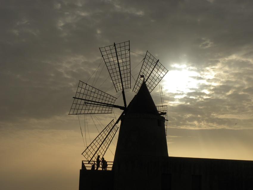 foto al tramonto in il declino del sole alle saline di Marsala