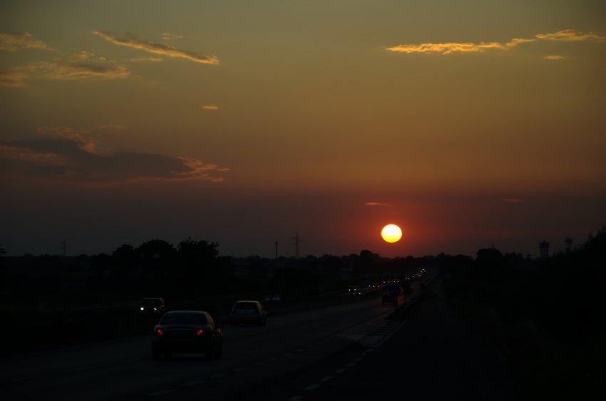 Un tramonto mentre si viaggia in strada
