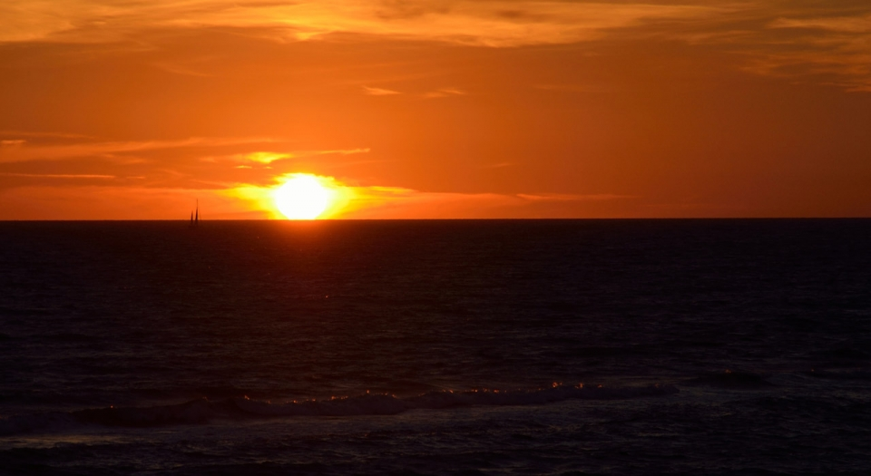 Navigare al tramonto sul mediterraneo