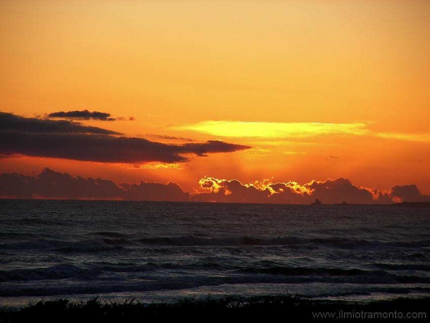 foto al tramonto in tramonto sul mare gli ultimi raggi