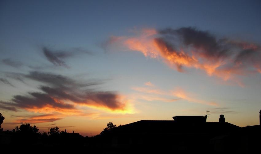 Il tramonto le nuvole e la citt
