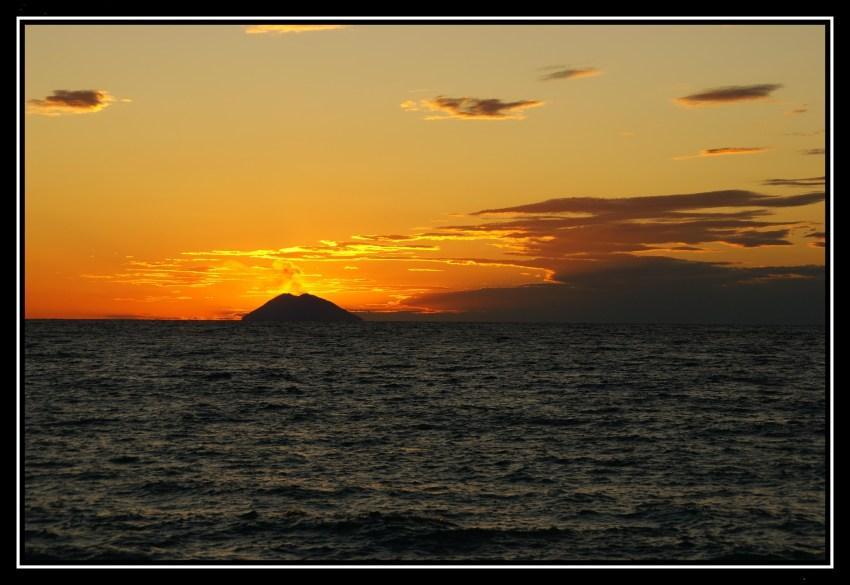 tramonto sull isola da Tropea