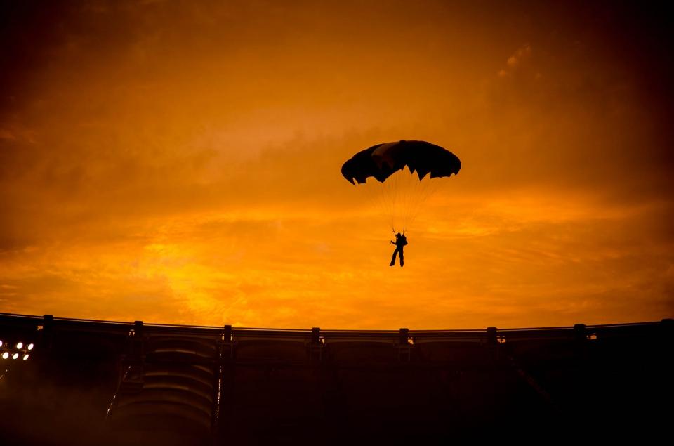 tramono in città foto di tramonti in città Stadio olimpico di roma di padre in figlio paracadustista al tramonto