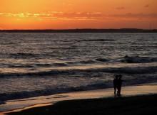 passeggiando-al-tramonto-sulla-spiaggia