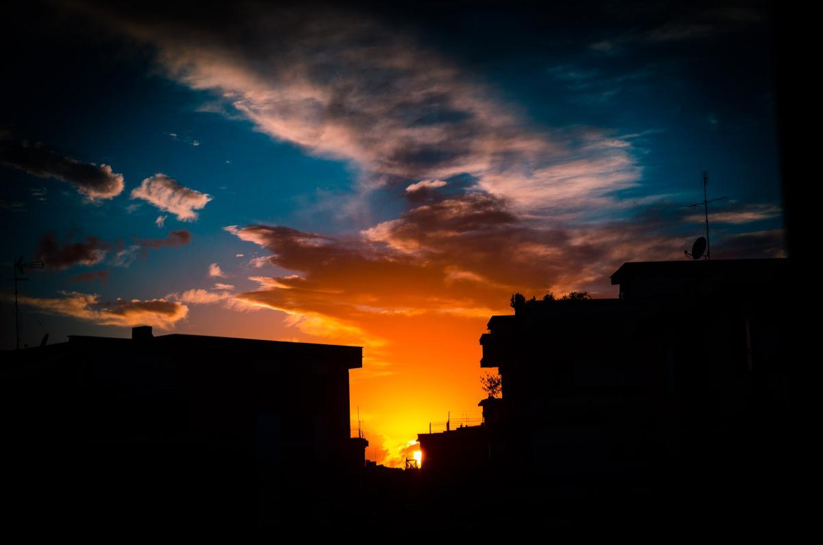 foto al tramonto in Tramonto intenso tra i palazzi