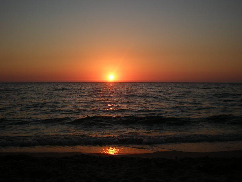 foto al tramonto in un tramonto meraviglioso dalla costa verde in Sardegna