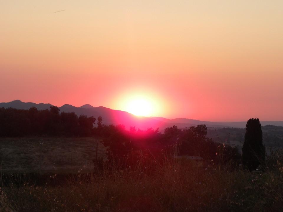 foto al tramonto in tramonto settembrino visto tra i monti dalla Rocca Sillana