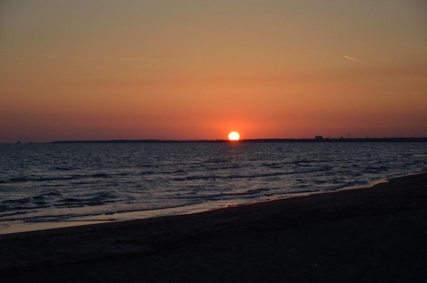 foto al tramonto in Il sole si appoggia alla terra in un tramonto rilassato a Latina