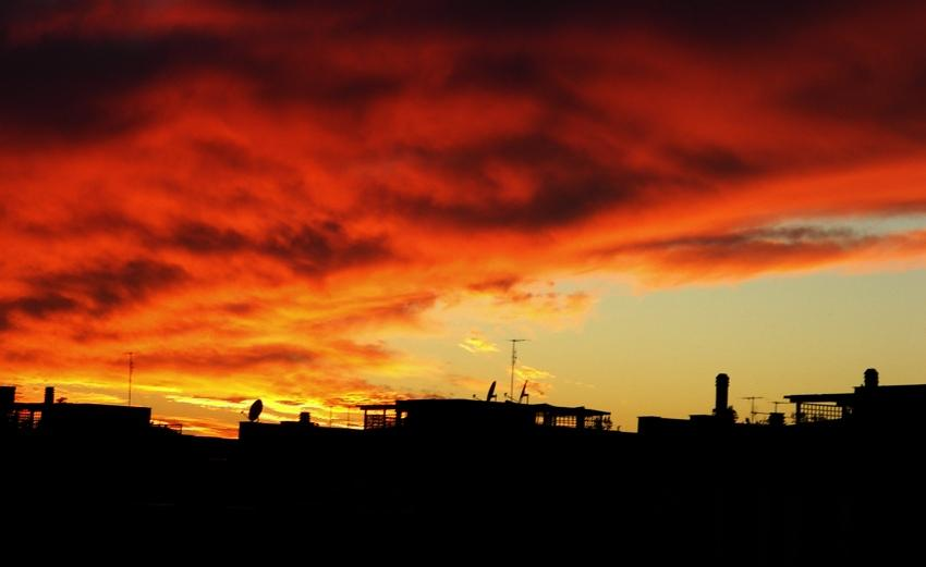 tramonto infuocato in autunno foto di tramonti immagini al tramonto cittadino skyline nuovle rosse Latina immagine di tramonto