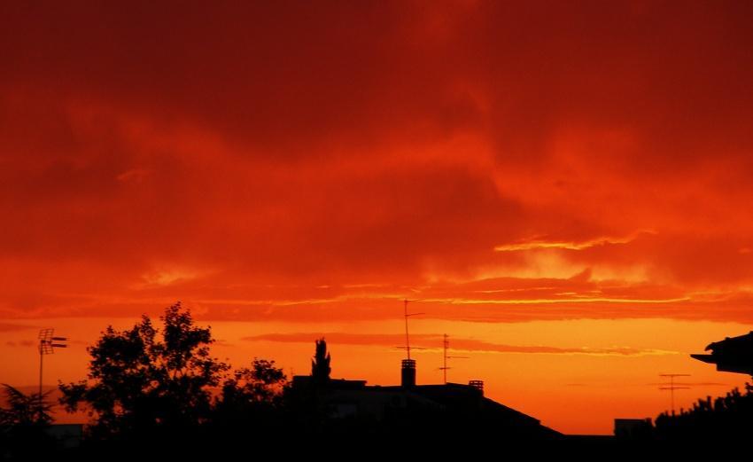 tramonto infuocato sopra latina foto di tramonti immagini tramonto cittadino
