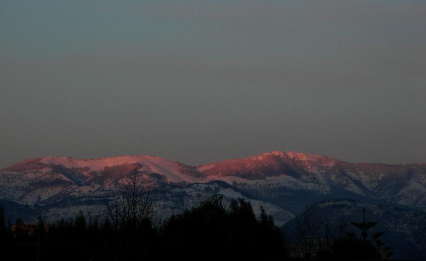 ultimi raggi sulla Semprevisa innevata al tramonto foto di tramonti in montagna
