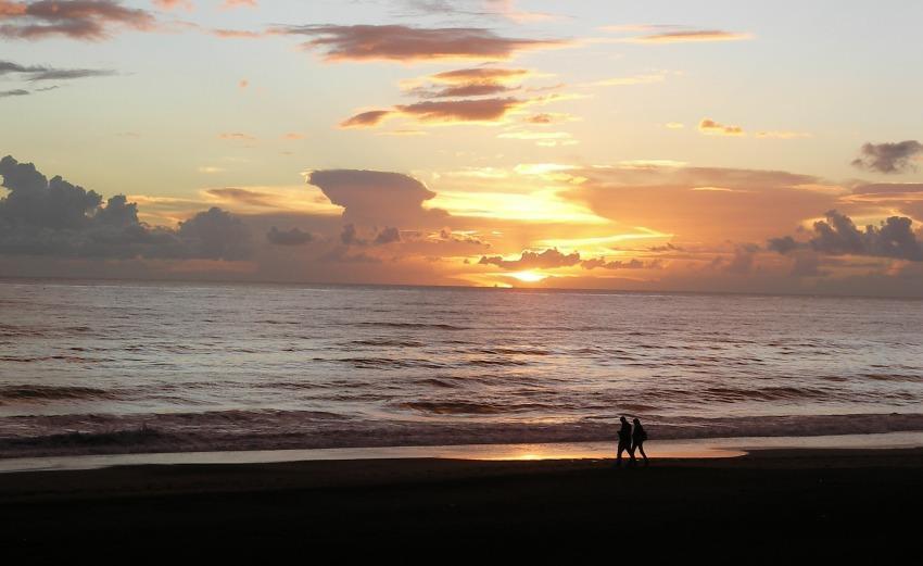 un tramonto sul mare prima della pioggia passeggiare sulla spiaggia nuovle temporale sole cielo coppia