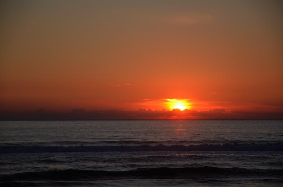 foto al tramonto in Tramonto sul mare dai colori intensi sulla spiaggia di Sabaudia