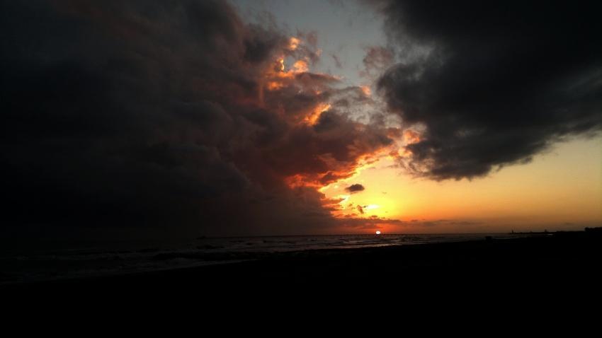 foto al tramonto in Tramonto sul mare prima del temporale