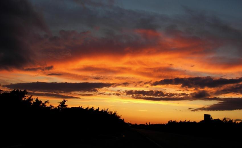 foto al tramonto in Tramonto dai colori intensi dopo una giornata di pioggia