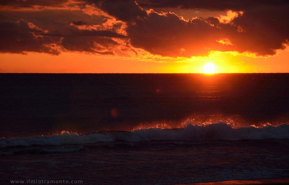 foto al tramonto in tramonto tra le onde a Latina