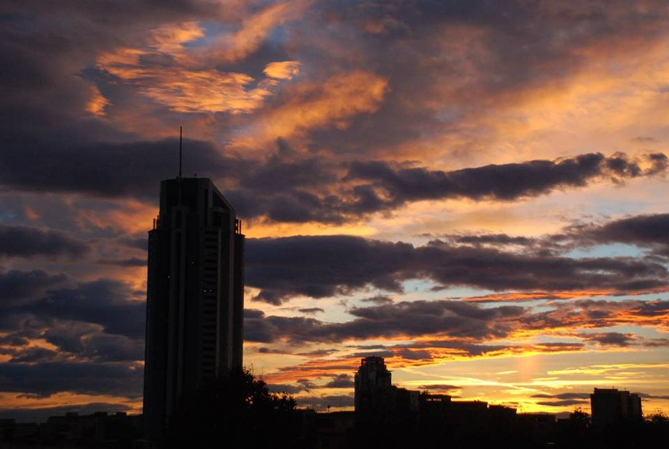 foto al tramonto in Un tramonto dietro la torre prima della tempesta a Latina