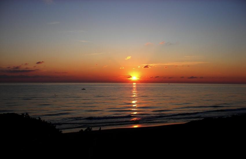 foto al tramonto in Ultimi raggi del sole al tramonto in una fredda giornata invernale