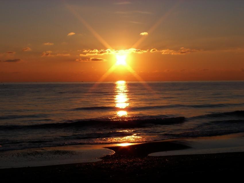 tramonto sul mare ultimi raggi al tramonto foto di tramonti