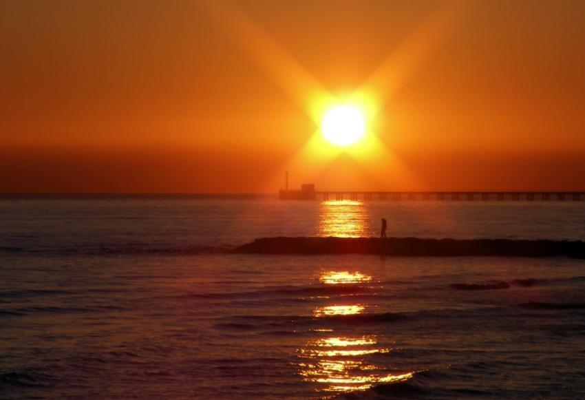 Tramonto sul mare Camminando al tramonto foto di tramonti immagini al tramonto