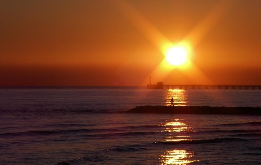 foto al tramonto in Ballando su un tappeto d'oro al tramonto (2)