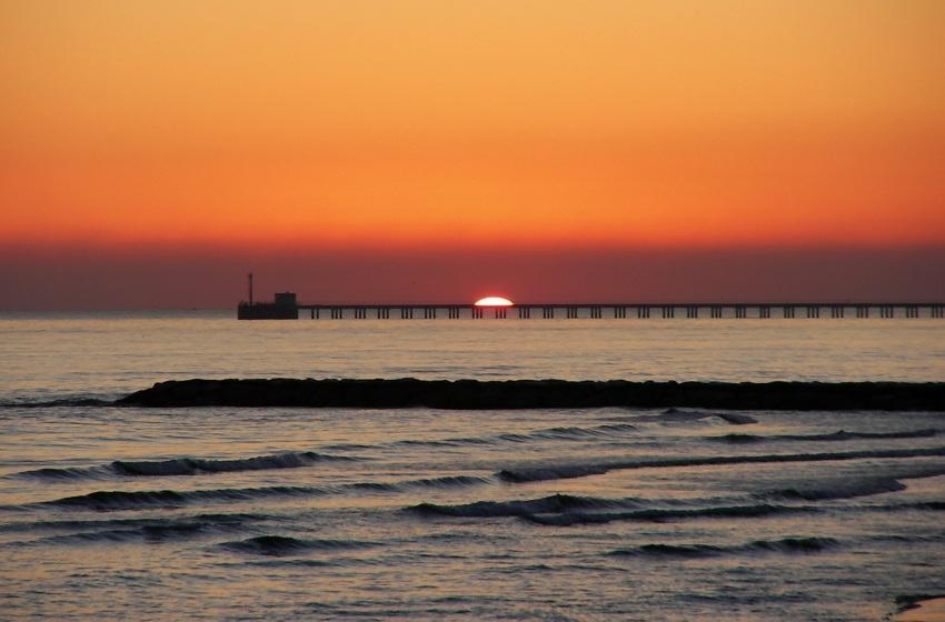 tramonto sul pontile a latina Lido Foce Verde ex pontile della Nucleare foto di tramonti sul mare