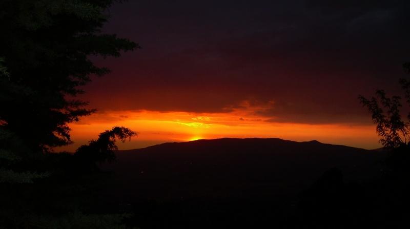foto al tramonto in un tramonto tea i colli, Roccamassima (LT) ce la invia Gianluca