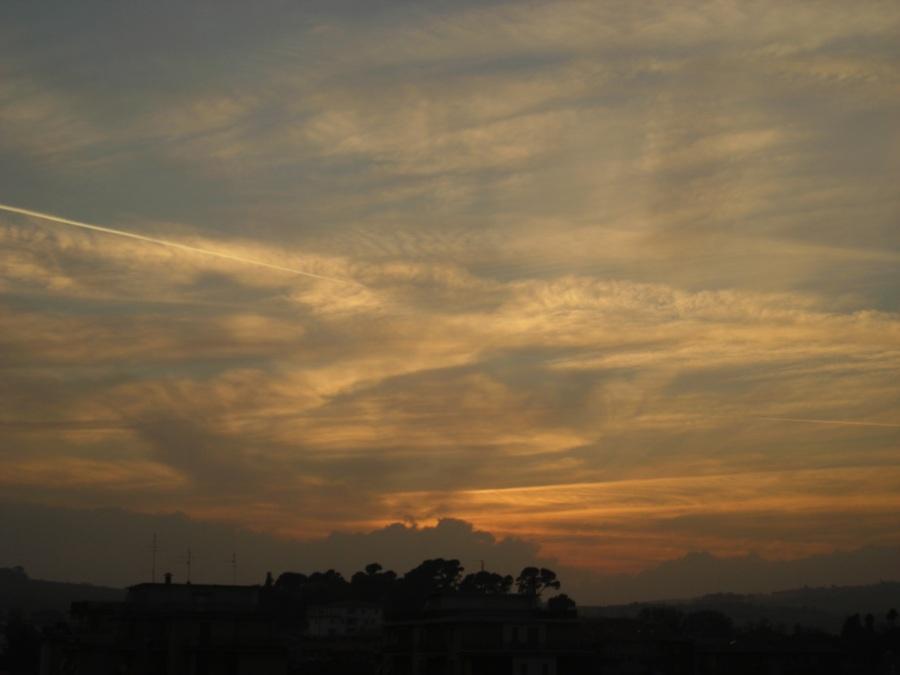 In questo tramonto ho visto tanti disegni stampati sul cielo…Pare di vederci i colori