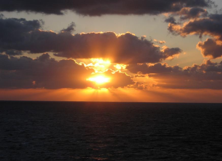 Tramonto in mare aperto… Maria ci invia un tramonto spettacolare scattato durante una