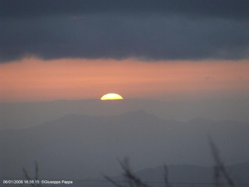foto al tramonto in Tramonti dall'Etna – Ultimo spicchio di sole 06/01/2008