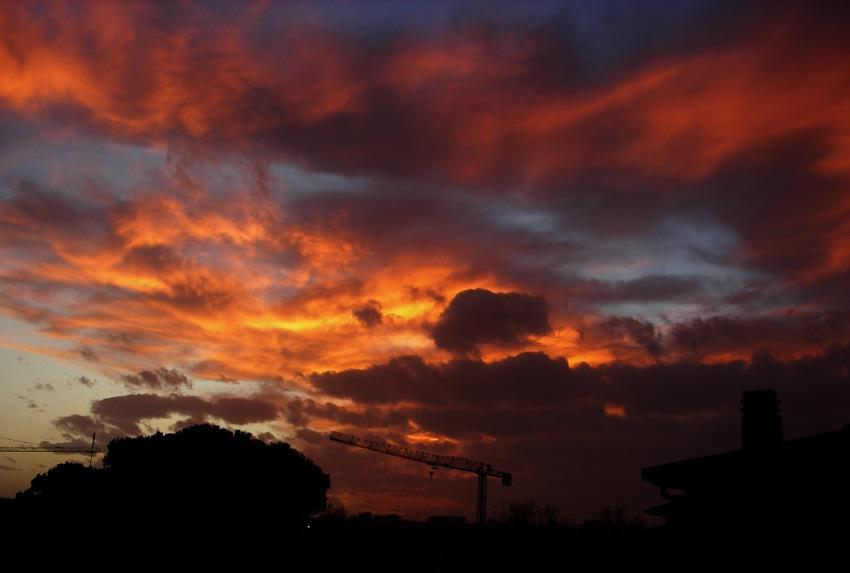 tramonto di fuoco in citta foto di tramonti cittadini immagini di tramonto cittadino nuvole